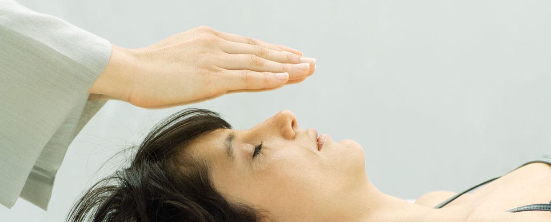 η θεραπεία Ρέικι ανακουφίζει από τους πόνους και καθαρίζει τα μπλοκαρισμένα συναισθήματα